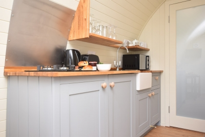 Well equipped, bespoke kitchen in the hare mirco lodge